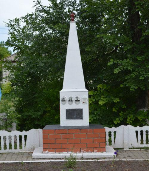 с. Советское Алексеевского городского округа. Братская могила по улице Мира 1б, в которой похоронено четырех осадчевских комсомольцев, расстрелянных фашистами 5 декабря 1942 года.