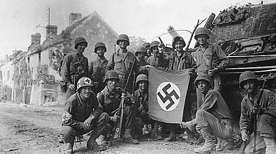 Американские пехотинцы в Шамбуа. 23 августа 1944 г.