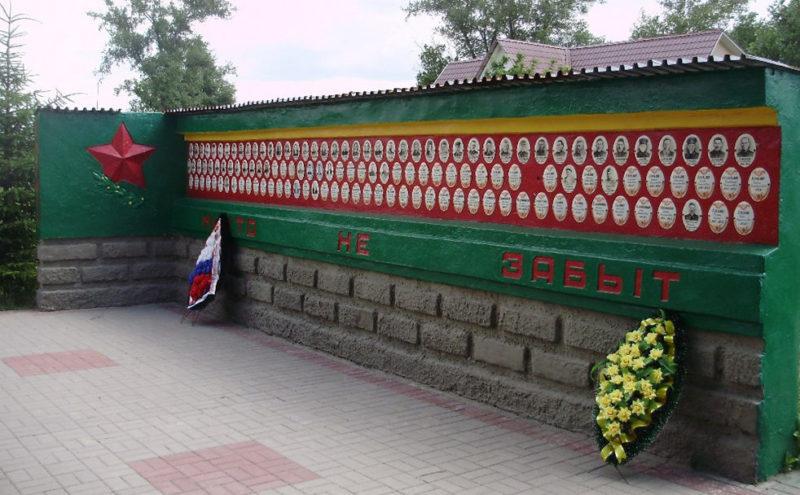 Стелы с именами погибших земляков.
