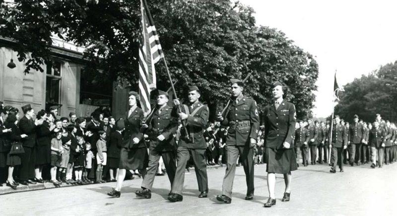 Военнослужащие почтового батальона на параде победы. Франция, Руана, 27 мая 1945 г.