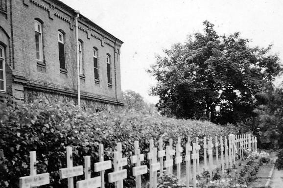 Немецкое кладбище в центре города. 1942 г.