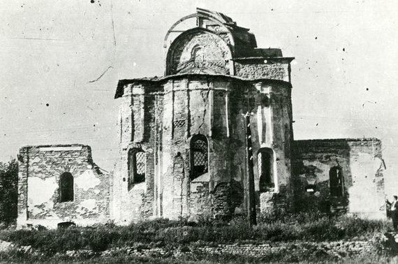 Поврежденная Пятницкая церковь. 1943 г.