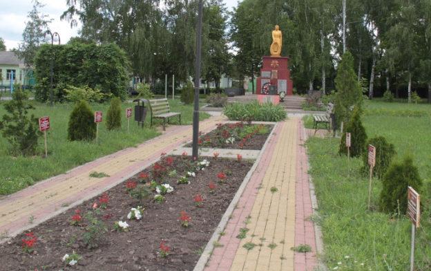 с. Заячье Корочанского р-на. Памятник, установленный на братской могиле, в которой похоронено 30 советских воинов, в т.ч. 14 неизвестных.