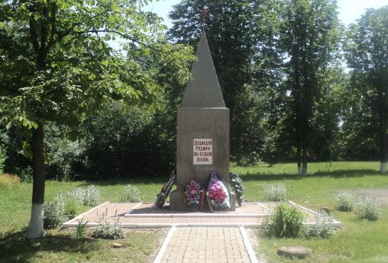 с. Теплинка Алексеевского городского округа. Братская могила по улице Школьная 25а, в которой похоронено 3 неизвестных советских воинов, погибших в 1943 году.