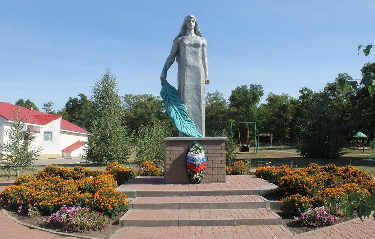 с. Белый Колодезь Вейделевского р-на. Памятник «Родина-мать», установленный на улице Вознесенской, в честь погибших на войне.