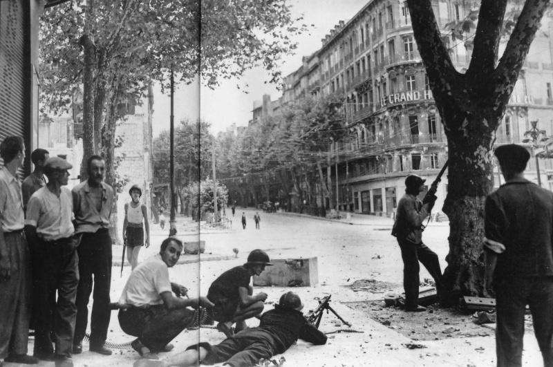 Бойцы французского движения Сопротивления в Марселе во время освобождения города. 23 августа 1944 г.