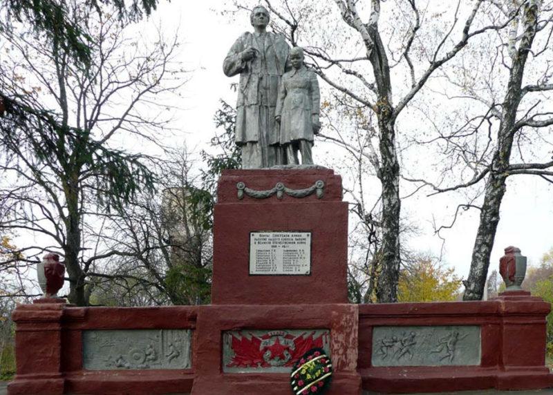 с. Искра Корочанского р-на. Памятник по улице Балабанова, установленный на братской могиле, в которой похоронено 18 неизвестных советских воинов, погибших в 1943 году.