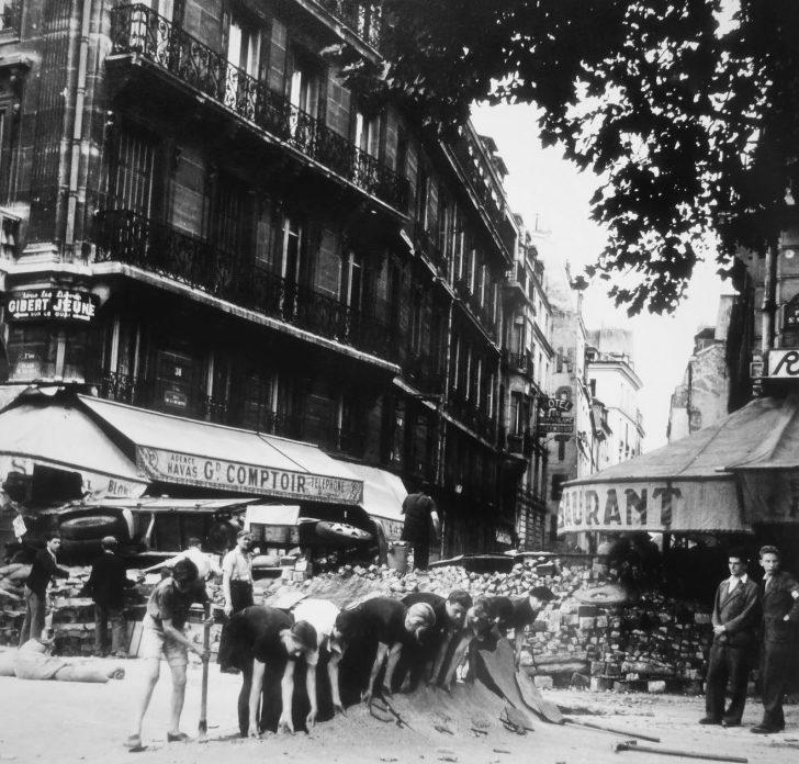 Сооружение баррикады на улице Рю-де-ла-Ушетт в Париже. Август 1944 г.