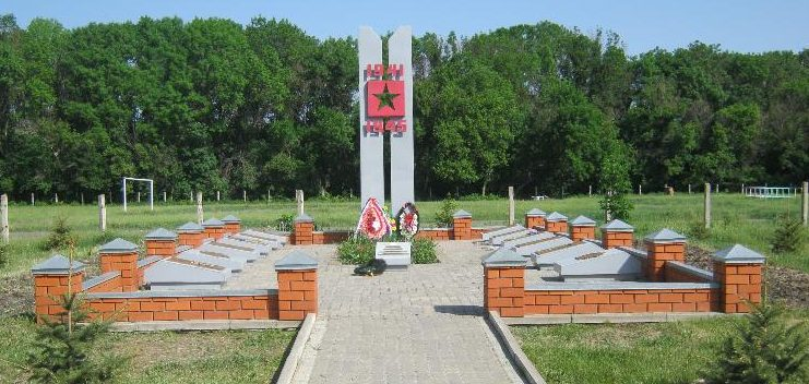 с. Хлевище Алексеевского городского округа. Мемориал по улице Н.П. Рыжих, 19д, установленный на братской могиле, в которой захоронено 4 советских воинов, погибших в 1943 году.