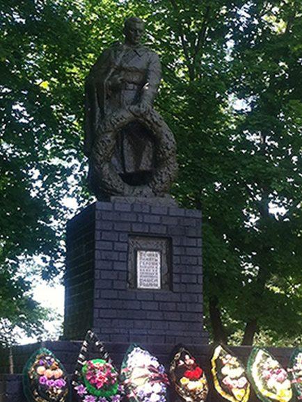 п. Вейделевка. Памятник по улице Центральной в честь погибших советских воинов.