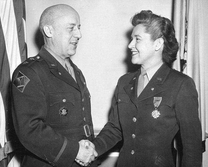 Награждение Мэри Луиз Миллиган Расмус знаком Почетного легиона за заслуги в качестве директора Первого учебного центра женского армейского корпуса. Август 1945 г.