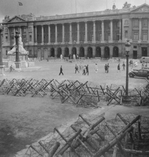 Проволочные заграждения на площади Согласия в Париже. Август 1944 г.