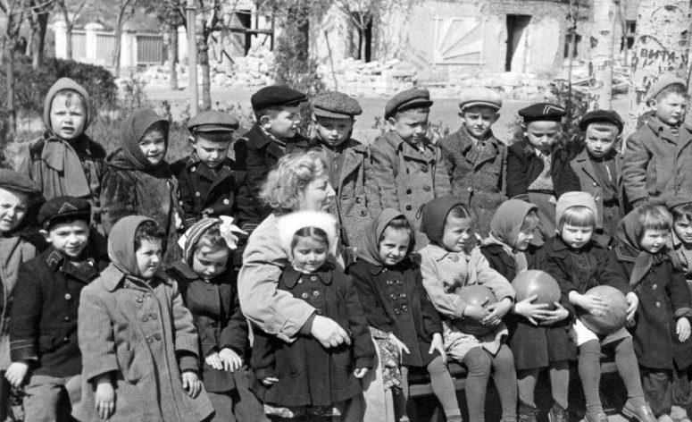 Воспитанники детского дома на фоне разрушенного детского сада №2. 1945 г.