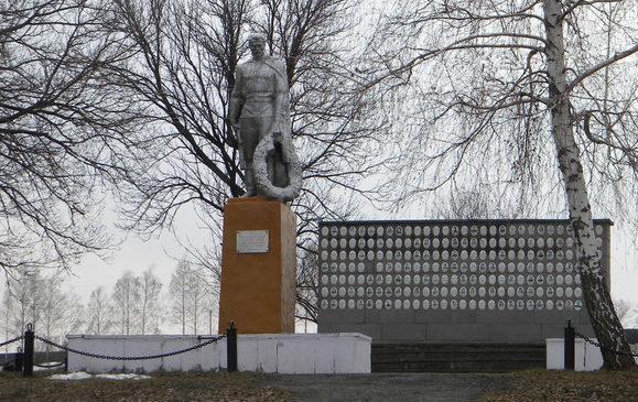 с. Короткое Корочанского р-на. Памятник, установленный на братской могиле, в которой похоронено 36 советских воинов и мемориальная стена в честь погибших земляков.