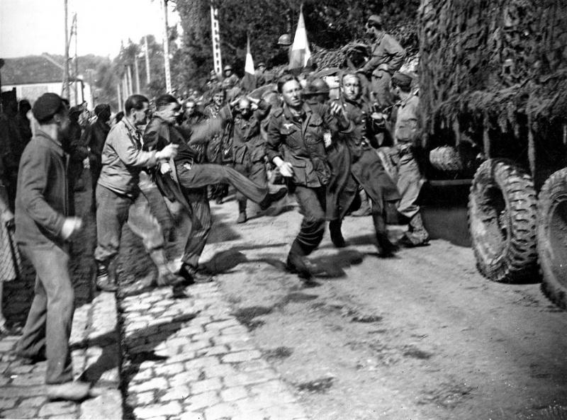 Французы избивают плененных солдат Вермахта в городке Жуи-ан-Жоза. 24 августа 1944 г.