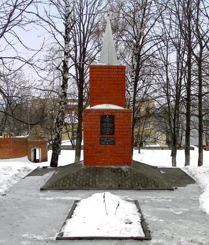г. Короча. Памятник по улице Интернациональной, установленный на братской могиле, в которой похоронено 19 советских воинов, погибших в 1943 году.