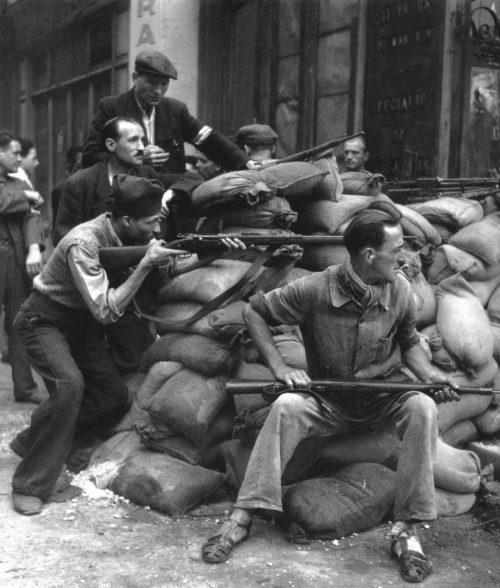 Бойцы французского сопротивления во время освобождения Парижа. 25 августа 1944 г.