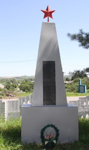 г. Короча. Памятник, установленный на братской могиле, в которой похоронен 81 советский воин, в т.ч. 39 неизвестных, погибших в 1943 году.
