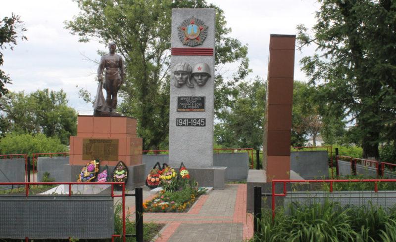 п. Викторополь Вейделевского р-на. Памятник по улице Садовой, установленный на братской могиле, в которой похоронено 40 советских воинов, в т.ч. 31 неизвестный, погибших в 1943 году.
