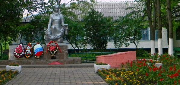 с. Ближнее Белгородского р-на. Памятник по переулку Луговой 9б, установленный на братской могиле советских воинов, погибших в годы войны.