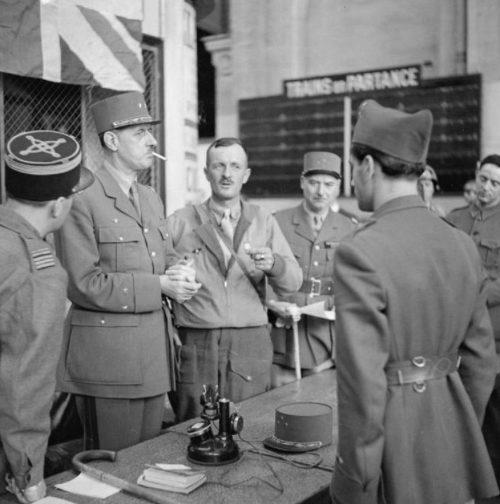 Генерал де Голль с Леклерком на железнодорожной станции Монпарнас в Париже. 25 августа 1944 г.