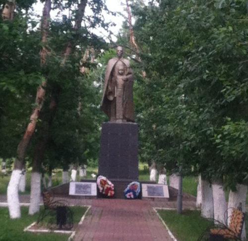 с. Зенино Вейделевского р-на. Памятник погибшим советским воинам в парке «Центральный».