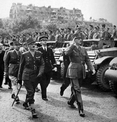 Генерал де Голль осматривает войска 2-й французской бронетанковой дивизии с генералом Леклерком на параде победы. Париж, 26 августа 1944 г.