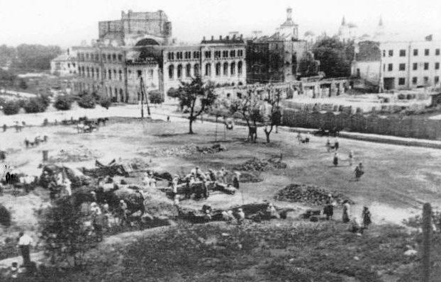 Жители города разбирают завалы. 1943 г.