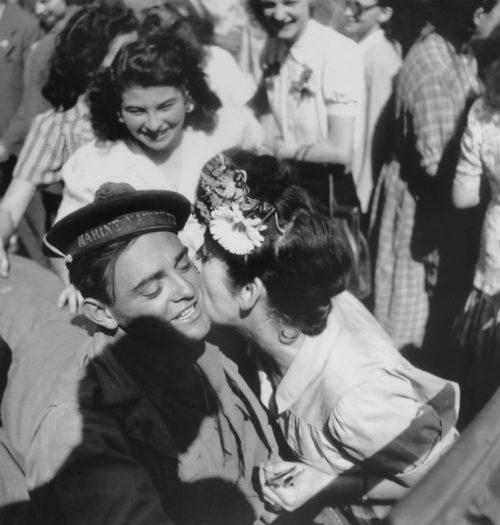 Парижане празднуют освобождение города. 26 августа 1944 г.