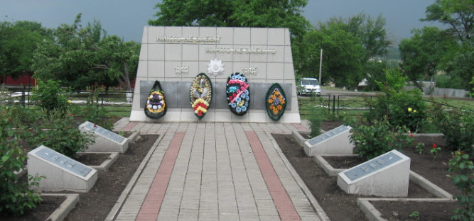 с. Малакеево Вейделевского р-на. Памятник по улице Школьной, установленный на братской могиле, в которой похоронено 43 советских воина, в т.ч. 32 неизвестных, погибших в 1943 году.