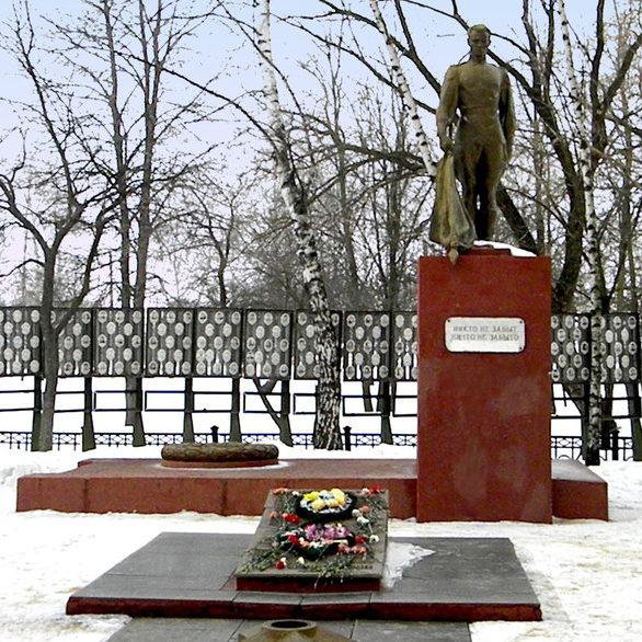 с. Ломово Корочанского р-на. Памятник, установленный на братской могиле, в которой похоронено 55 советских воинов.