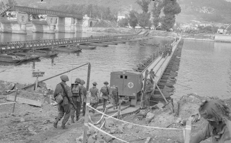 Британская армия переправляется через Сену по мосту Бейли в Верноне. 27 августа 1944 г.