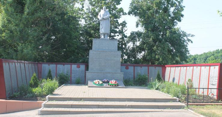 с. Николаевка Вейделевского р-на. Памятник по улице Центральной 37, установленный на братской могиле, в которой похоронено 30 советских воинов, погибших в 1943 году.