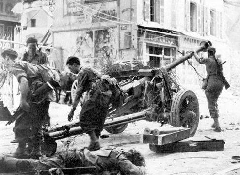Французские солдаты захватили немецкую полевую пушку в Тулоне. 28 августа 1944 г.