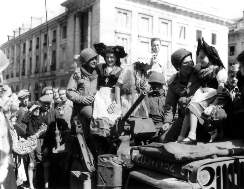 Французы встречают военнослужащих США в Реймсе. 31 августа 1944 г.