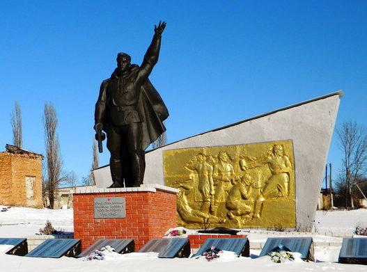 с. Борисовка Волоконовского р-на. Памятник по улице Первомайской, установленный на братской могиле, в которой похоронено 5 неизвестных советских воинов, погибших в 1941 году.