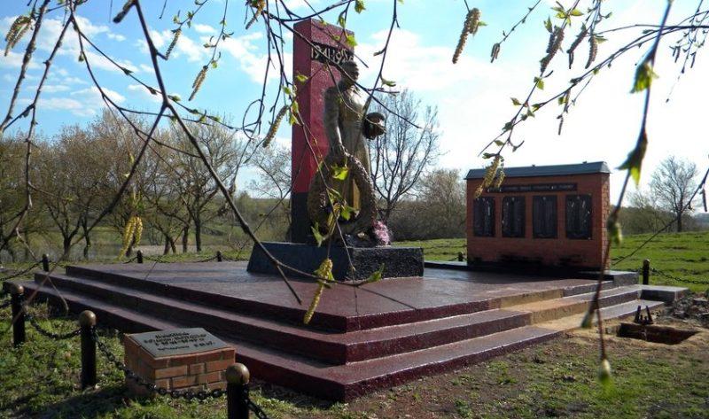 с. Мальцевка Корочанского р-на. Памятник, установленный на братской могиле, в которой похоронено 17 советских воинов.