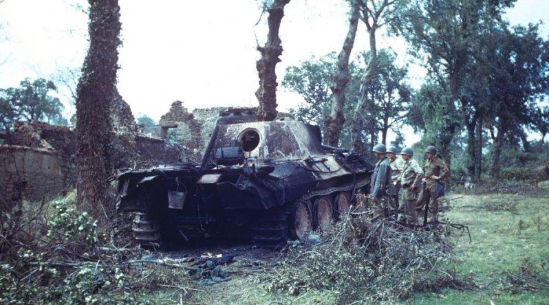 Американцы у сгоревшего танка «Пантера» в Сен-Жиль. Август 1944 г.