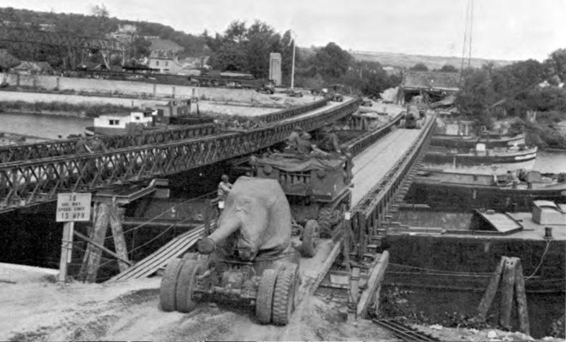Мост Бейли через Сену в Мант с использованием барж для его поддержки. Август 1944 г.