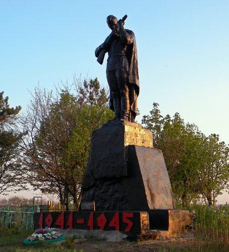 с. Миндоловка Корочанского р-на. Памятник, установленный у братских могил, в которых похоронено 28 советских воинов.