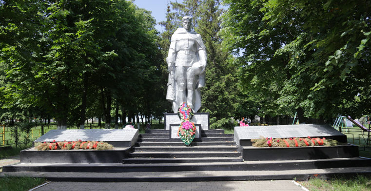 с. Журавлевка Белгородского р-на. Памятник по улице Коммунистическая 5б, установленный на братской могиле, в которой захоронено 33 советских воина, погибших в 1943 году.