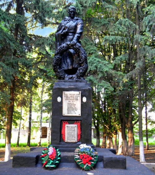 п. Мичуринский Корочанского р-на. Памятник, по улице Мичуринской, установленный на братской могиле, в которой похоронено 20 советских воинов, погибших в 1943 году.