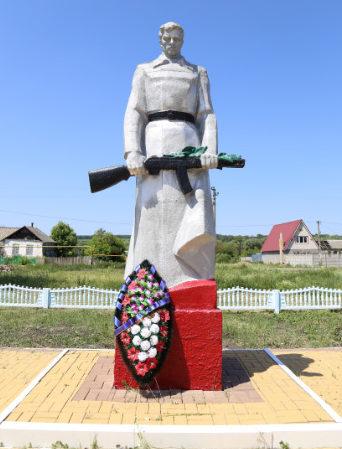 с. Киселево Белгородского р-на. Памятник по улице Центральной, установленный на братской могиле, в которой похоронено 246 советских воинов, погибших в 1943 году.