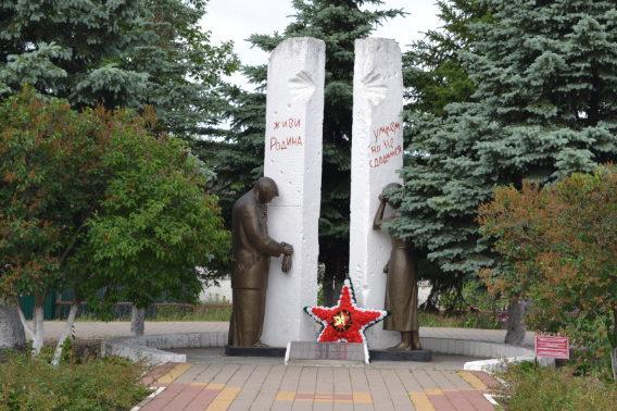 п. Комсомольский Белгородского р-на. Памятник по улице Центральная 2в, установленный на братской могиле, в которой похоронено 112 советских воинов, погибших в боях с фашистскими захватчиками.