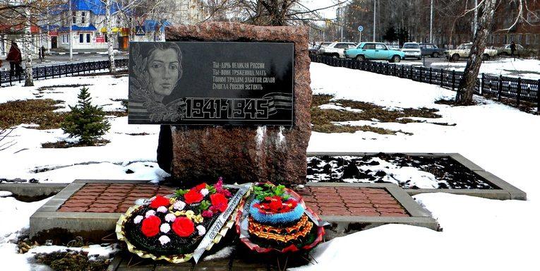 п. Волоконовка. Памятник Матери воина.