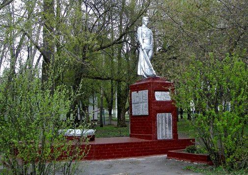с. Пестуново Корочанского р-на. Памятник, установленный на братской могиле, в которой похоронено 72 советских воина, погибших в 1943 году.