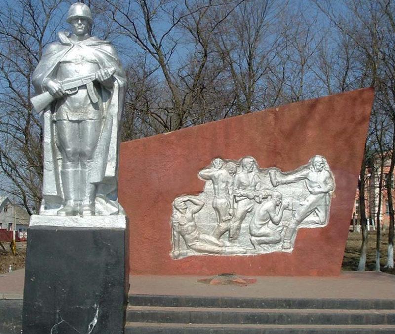 с. Крутой Лог Белгородского р-на. Памятник, установленный на братской могиле советских воинов и могила Героя Советского Союза Молчанова Е.М.