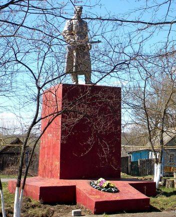 с. Плоское Корочанского р-на. Памятник, установленный на братской могиле, в которой похоронено 13 советских воинов, погибших в 1943 году.