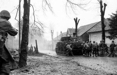 Пехота 2-го батальона 5-й французской бронетанковой дивизии в бою за город Бельфор. Лето 1944 г.