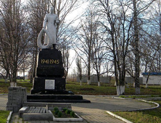 с. Плотавец Корочанского р-на. Памятник, установленный на братской могиле, в которой похоронено 29 советских воина, погибших в 1943 году.